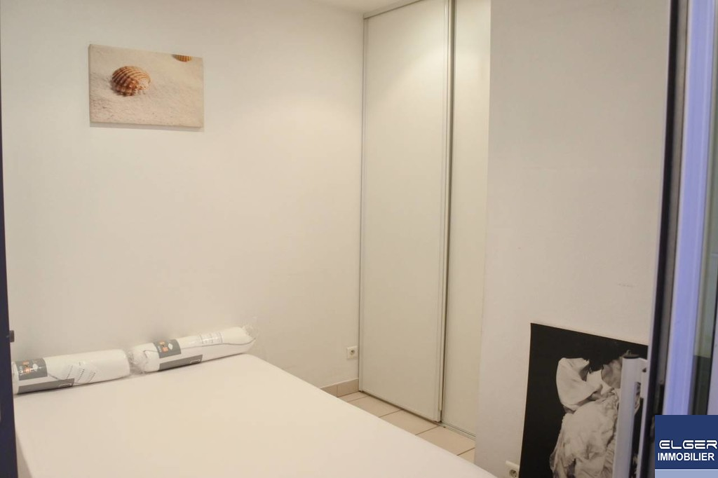 TWO FURNISHED ROOMS WITH PRIVATE PATIO rue Juliette Lambert Metro WAGRAM